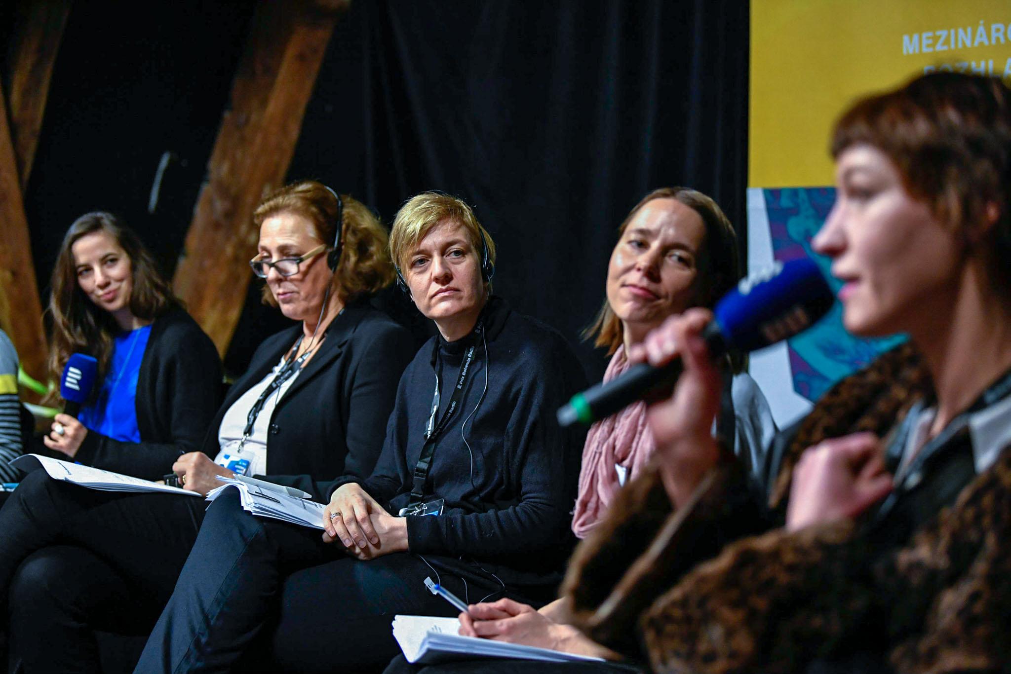 Festivalová porota hodnotí soutěžní dokumenty na festivalu Prix Bohemia Radio
